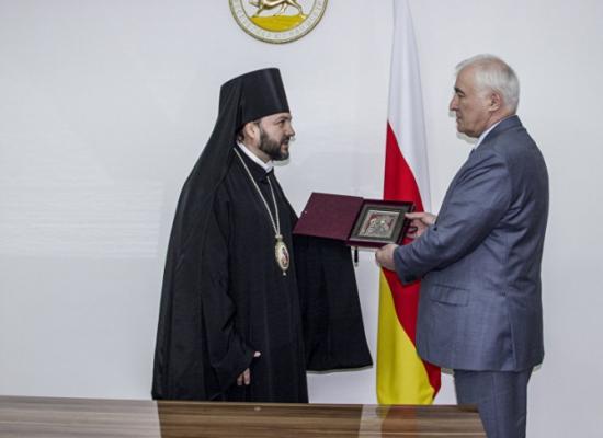 Епископ Леонид встретился с Президентом Республики Южная Осетия Л.Х. Тибиловым