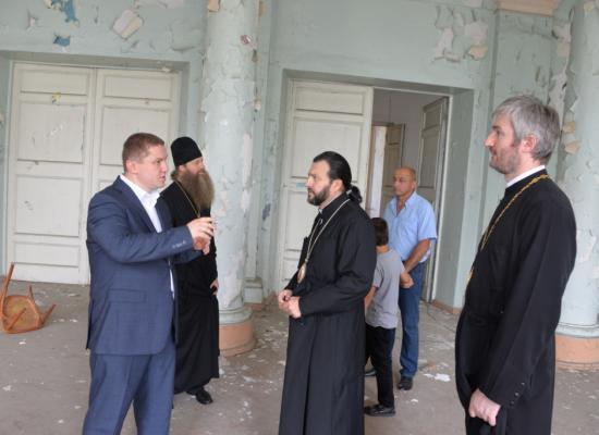Епископ Леонид посетил здание бывшей Александровской духовной семинарии