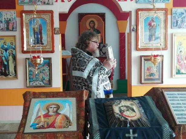 Вечерня с выносом Святой Плащаницы в войсковом храме, на территории военной базы в Южной Осетии
