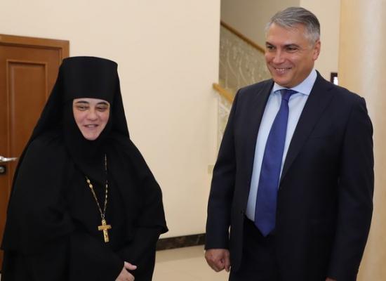 Полпред Александр Матовников передал иконы Аланскому Богоявленскому женскому монастырю