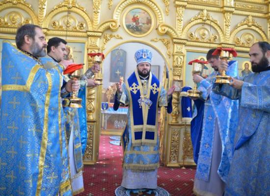 В праздник Казанской иконы Божией Матери архиепископ Леонид совершил Литургию в Свято-Георгиевском Кафедральном соборе