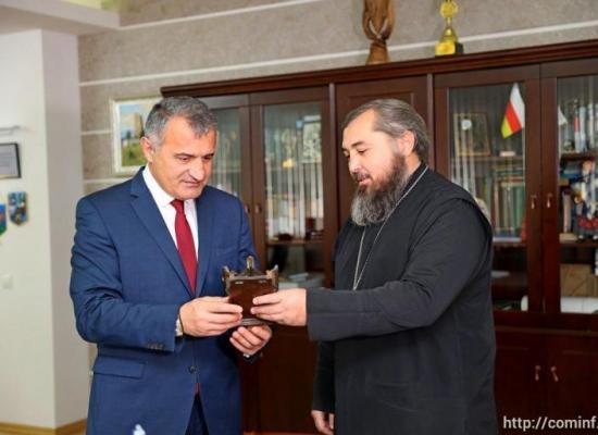 Анатолий Бибилов передал святыни храму Святой Троицы г.Цхинвала