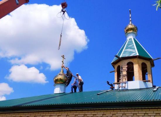 Освящение и установка куполов на храме Архистратига Михаила в селе Михайловском