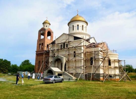 В Эльхотово завершается строительство Храма апостолов Петра и Павла