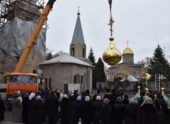 На колокольню Вознесенского собора в Алагире установили новые купола