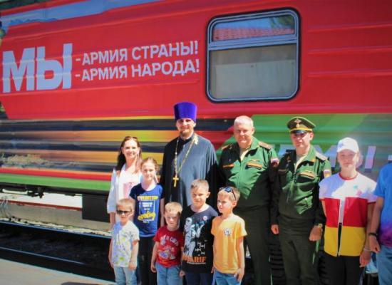 Священник Василий Грибенченко посетил тематический поезд Министерства Обороны РФ