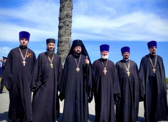 Архиепископ Леонид и духовенство епархии возложили цветы на Мемориале Славы во Владикавказе