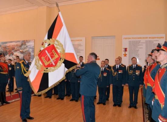 Епископ Леонид на церемониипередачи личного штандарта новому командующему 58-й армии