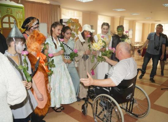 Воспитанники детского дома «Виктория» показали спектакль в доме престарелых