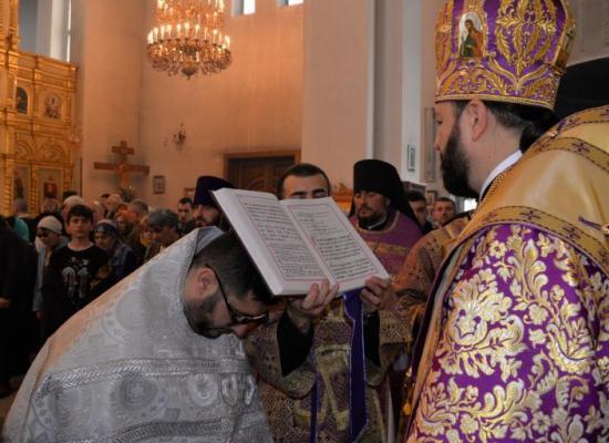 В неделю 5-ю Великого поста архиепископ Леонид совершил Божественную литургию в Свято-Георгиевском кафедральном соборе