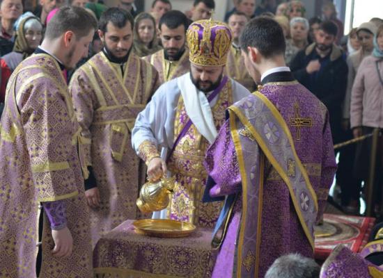 В Великий Четверг архиепископ Леонид возглавил Литургию в Свято-Георгиевском кафедральном соборе и совершил чин умовения ног