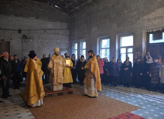 Епископ Леонид возглавил Литургию в храме святой Нины во Владикавказе