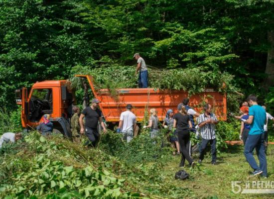 В Аланском Богоявленском женском монастыре активисты расчистили береговую линию озера