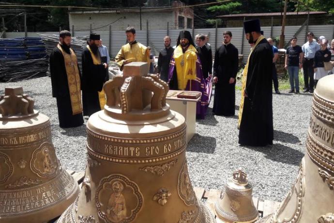 Архиепископ Леонид освятил колокола Владимирского храма исторической Архиерейской резиденции