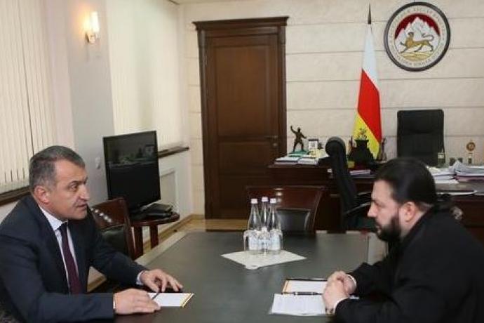 Архиепископ Владикавказский и Аланский Леонид встретился в Цхинвале с президентом Южной Осетии Анатолием Бибиловым